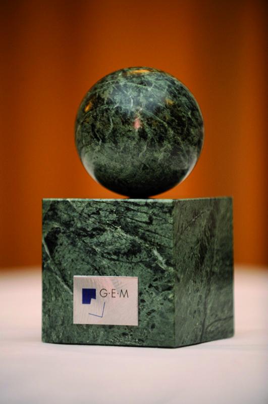 die Preisträger des G·E·M Awards erhalten den 'Stein des guten Glücks' (Quelle: Christian Kruppa)