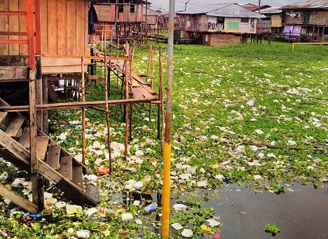 Verschmutzung durch Plastik ist weltweit ein Umweltproblem, selbst in den abgelegenen Gegenden wie dem Amazonasgebiet (Foto: T. Schöwing)